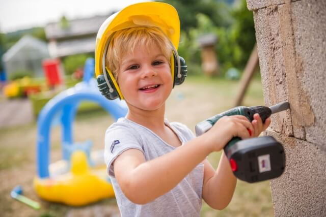 arbeiten kind mit akkuschrauber